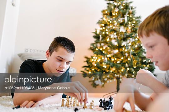 Jungen spielen Schach - p1262m1198428 von Maryanne Gobble