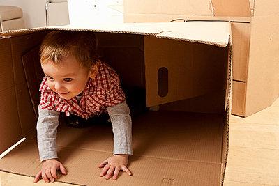Little boy in packing case - p42913912f by Severin Schweiger