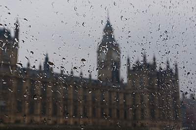 Big Ben bei Regenwetter - p646m946166 von gio
