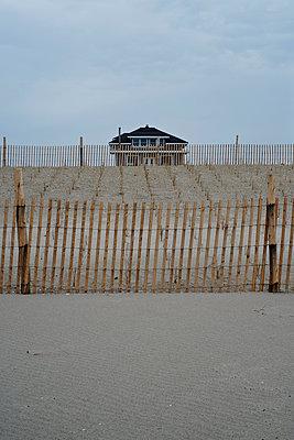Strandhaus - p989m1040582 von Gine Seitz