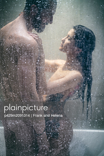 Naked hipster couple in shower - p429m2091314 by Frank and Helena