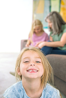 Kleines Mädchen mit Familie - p1156m1591781 von miep