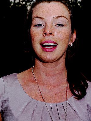 Junge Frau mit Sommersprossen - p1279m1462872 von Ulrike Piringer