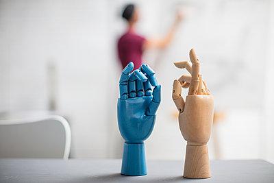 Hand models in studio and artist drawing in background - p300m2013302 von zerocreatives