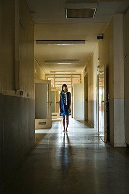 Frau steht in einem Gang - p427m2022709 von R. Mohr