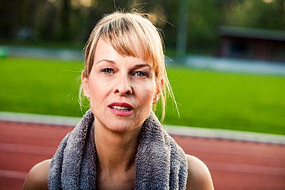 Sportive woman - p904m1031373 by Stefanie Päffgen