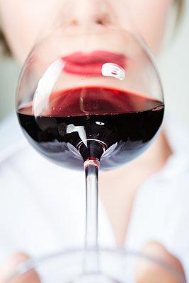 Rotweinglas - p954m1214497 von Heidi Mayer