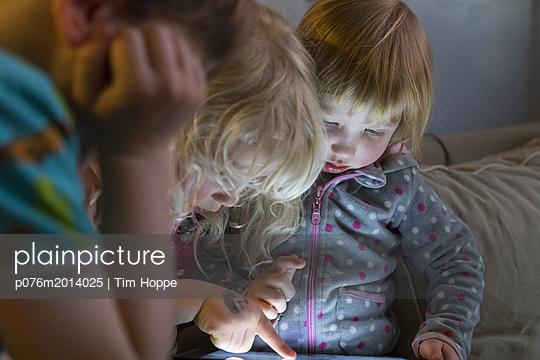 Kleinkinder am Tablet - p076m2014025 von Tim Hoppe