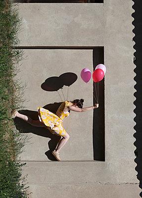 Frau mit Ballons in der Hand - p1519m2063301 von Soany Guigand