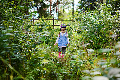 Little girl wearing knitted hat and denim shirt in nature - p300m2069551 by Petra Silie