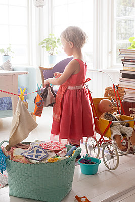 Girl playing in house - p312m1139779 by Wenblad-Nuhma