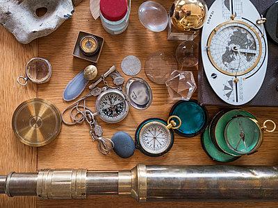 Kompass und Fernrohr und Seemannszeug - p390m2053578 von Frank Herfort