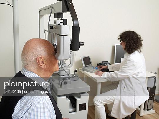 Untersuchung beim Augenarzt  - p6430135 von senior images