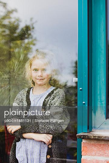 Hinter dem Fenster - p904m1481131 von Stefanie Päffgen