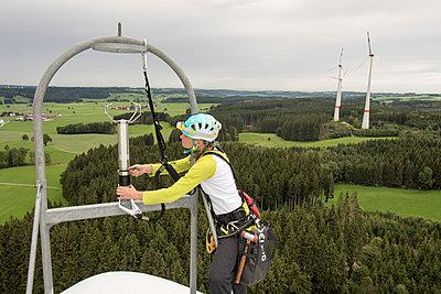 Monteurin auf Windkraftanlage - p1079m1185016 von Ulrich Mertens