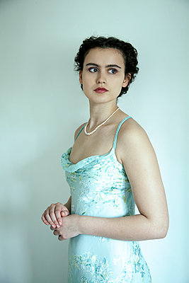 Woman with pearl necklace in strap dress - p1248m2270282 by miguel sobreira