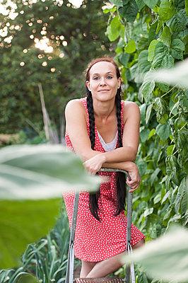 Frau im Garten - p220m932124 von Kai Jabs