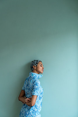 African woman wearing blue dress - p427m2044970 by Ralf Mohr