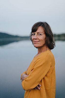 Porträt einer Frau am Baldeneysee - p586m1172060 von Kniel Synnatzschke