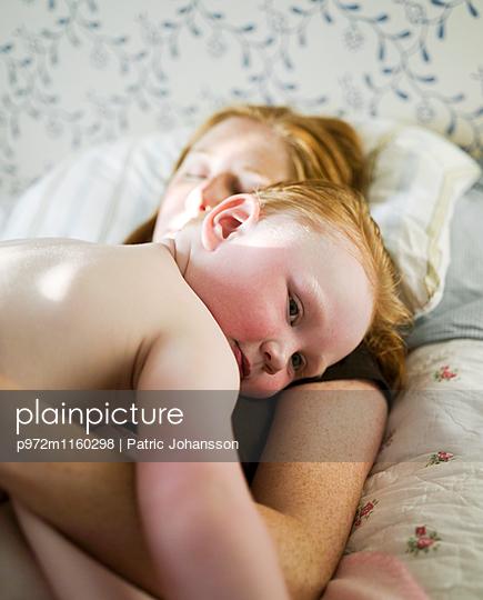 Mutter und Sohn machen ein Nickerchen - p972m1160298 von Patric Johansson
