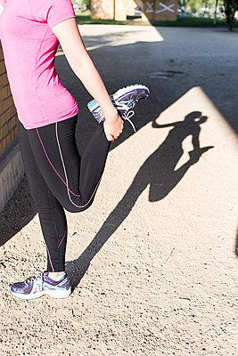 Junge Frau beim Stretching in der Stadt - p1396m1463535 von Hartmann + Beese