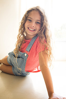 Happy little girl with curly hair, portrait - p1640m2246132 by Holly & John