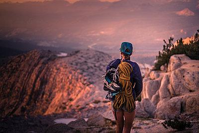 Climber enjoying view on peak, Tuolumne Meadows, Yosemite National Park, California, United States - p924m2074576 by Alex Eggermont
