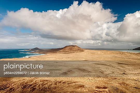 View from Montaña Amarilla on La Graciosa towards of Montaña del Mojón and Caleta del Sebo - p834m2259072 by Jakob Börner