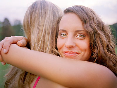 Two women embracing - p1207m1111693 by Michael Heissner