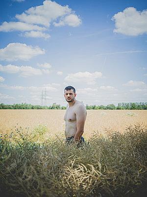 Mann auf einem Feld - p1267m2014011 von Wolf Meier