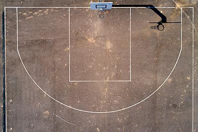 Empty basketball ground, top view - p300m2104360 by Stefan Schurr