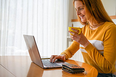 Barcelona, Spain. Young woman at home purchasing online. Credit card, online shopping, shop from home, home, online, buy, items, laptop, work from home - p300m2179888 von VITTA GALLERY
