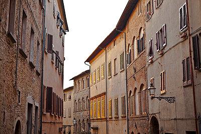 Italy, Tuscany, Volterra, row of houses - p300m950384f by Katja Velmans
