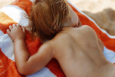 Little girls sleeping on beach - p972m1088632 by Felix Odell