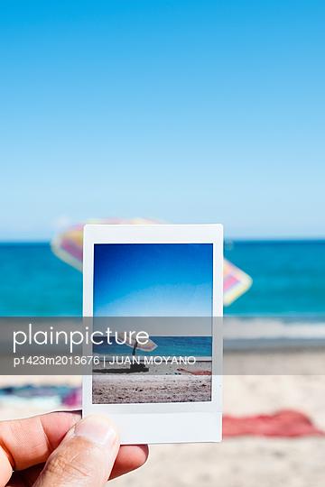 Fotografie zeigt einen Sonnenschirm am Strand - p1423m2013676 von JUAN MOYANO