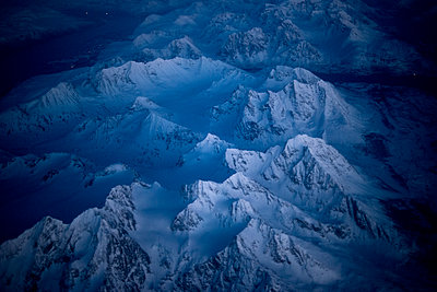 Snow-covered mountains shot by night, from above - p1216m2187276 von Céleste Manet