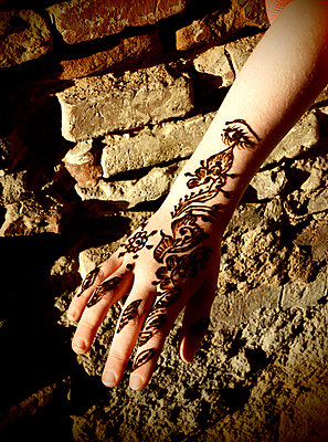 Kinderhand mit Henna - p132m1183402 von Peer Hanslik