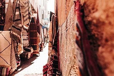 Orientalische Teppiche in den Souks von Marrakesch in Marokko - p1497m2071412 von Sascha Jacoby