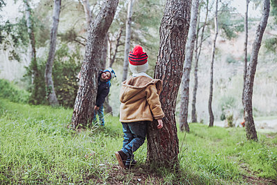 Two boys playing in forest - p300m1228547 by Retales Botijero