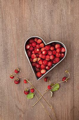 Wild strawberries - p971m1048218 by Reilika Landen