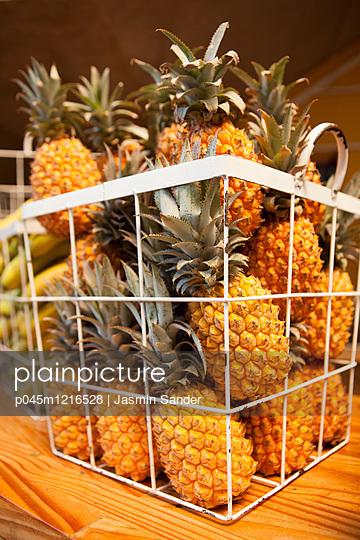 Ananas im Korb - p045m1216528 von Jasmin Sander