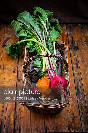 Assorted beets in basket - p300m2155551 by Larissa Veronesi