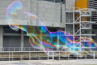 Seifenblase überdimensional - p1312m1223668 von Axel Killian