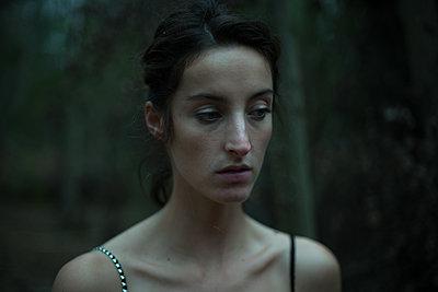 Frau im Wald - p1321m2008279 von Gordon Spooner