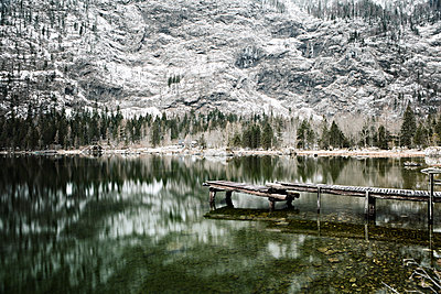 See mit altem Holzsteg am Fuße einer steilen Felswand - p1383m1333038 von Wolfgang Steiner