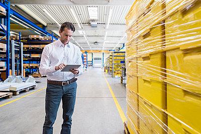 Businessman using tablet on factory shop floor - p300m1581218 von Daniel Ingold