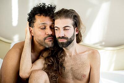 Schwules Paar - p787m2115244 von Forster-Martin