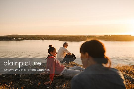 Friends relaxing at sea - p312m2217114 by Stina Gränfors
