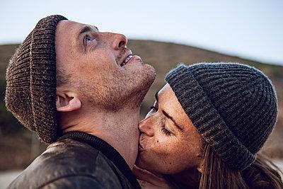 Woman kissing neck of her boyfriend - p300m2083672 von Maya Claussen