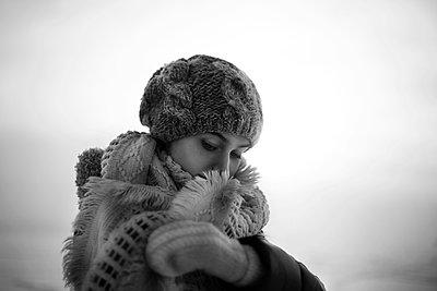 Caucasian teenage girl wearing scarf outdoors - p555m1305734 by Vladimir Serov